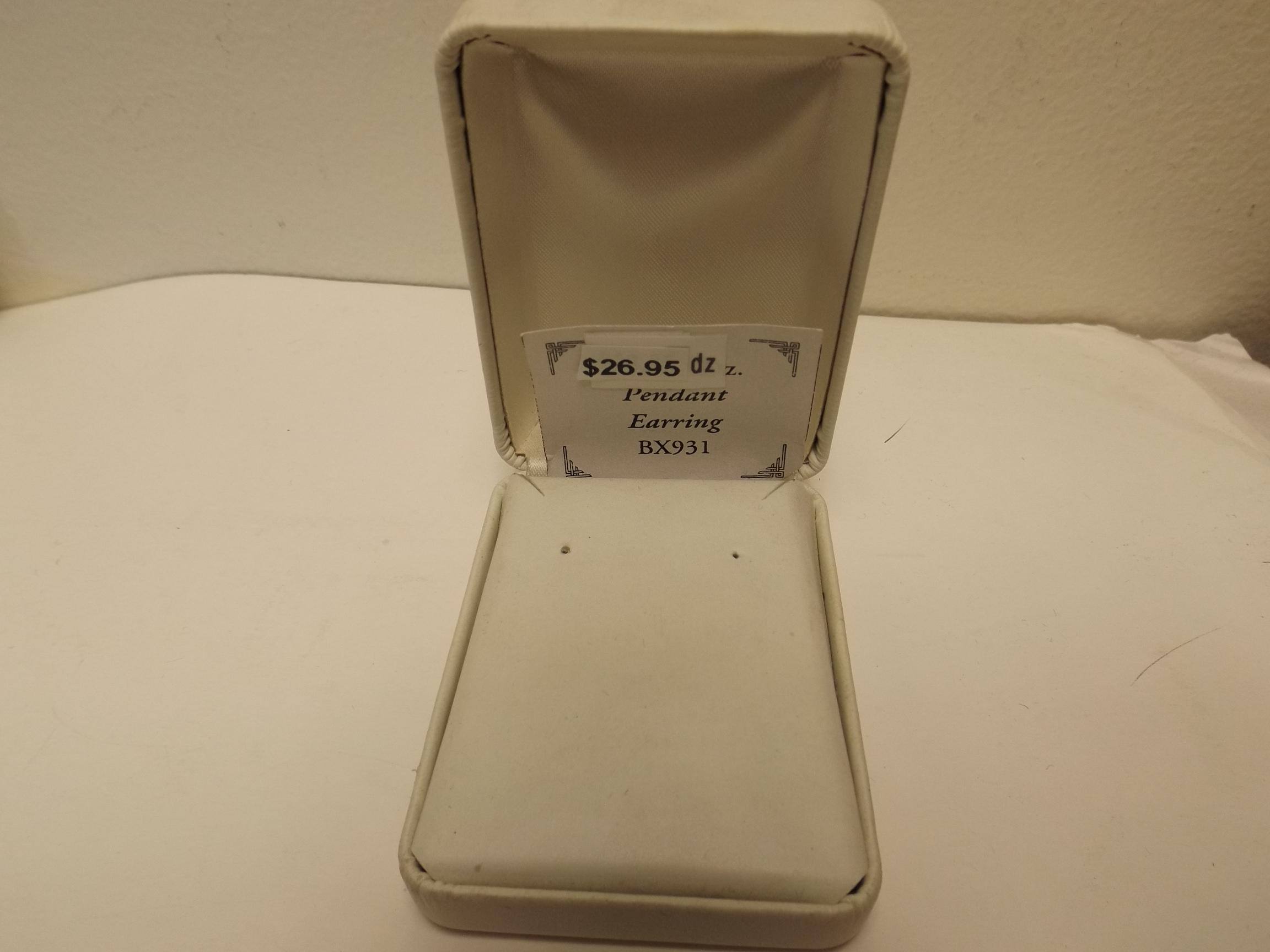 BX931 White Leatherette Pendant/Earring Boxes